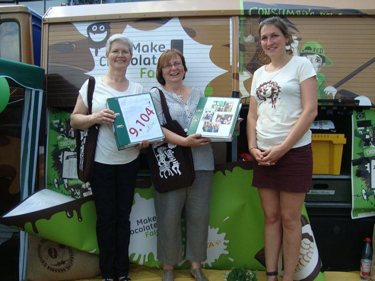 Unterschriftenübergabe Make chokolate Fair 2015