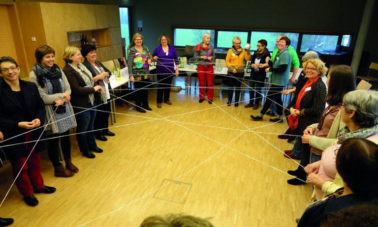 Frauen knüpfen ein Netz
