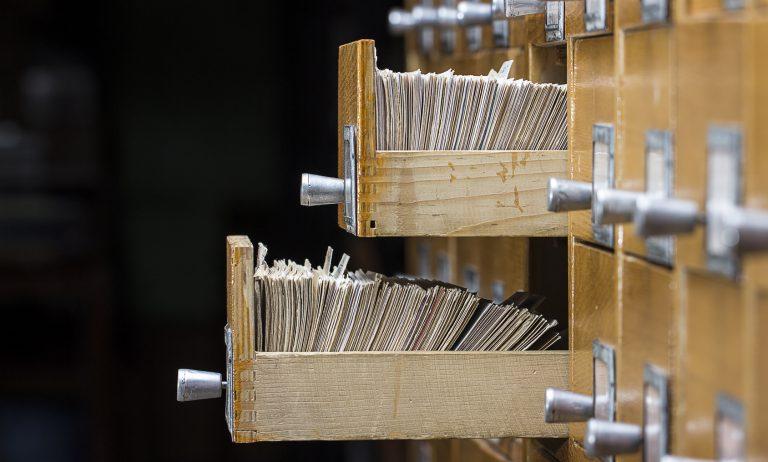 Archivschrank mit zwei offenen Schubladen