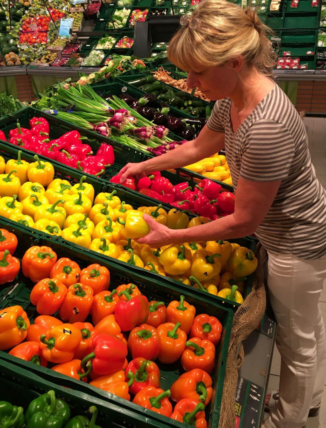 Agrarbotschafterinnen präsentieren Gemüse von der Reichenau.