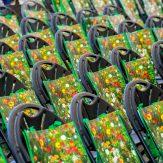 Blumenmotive auf den Informationstaschen des LandFrauenverbandes