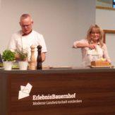 Brigitte Steinwender, Koordinatorin der Botschafterinnen des LandFrauenverbandes Württemberg-Baden e.V. auf dem Erlebnisbauerhof beim Kochvortrag mit regionalen Produkten.
